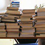 Una scrivania da ufficio colma di libri