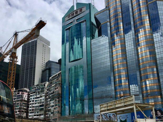 Vecchi edifici e nuovi grattacieli a Hong Kong