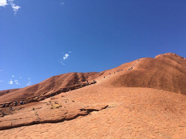 Turisti che scalano Uluru, Australia
